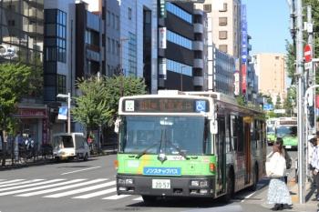 2020年9月30日 8時27分ころ。目白駅前。3台の都バスは手前から、新宿駅西口ゆき、池袋駅西口ゆき、新宿駅西口ゆき。