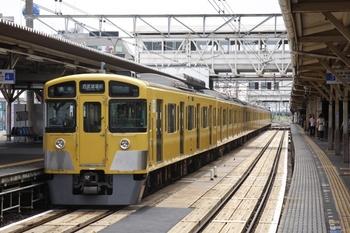 2010年6月19日、所沢、4番ホームで発車を待つ7005レの2063F。
