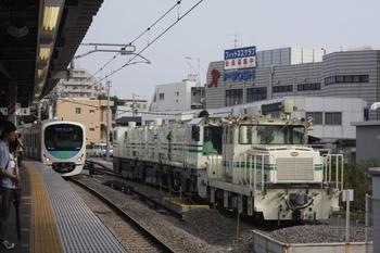 2010年7月2日、東長崎、側線に留置のモーターカーとレール削正車。