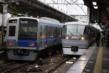 2010年10月5日、所沢、左が到着する6102Fの5609レ。