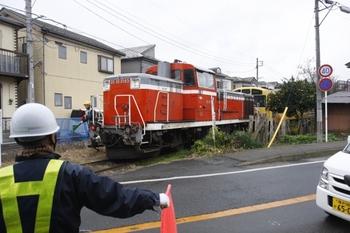 2010年12月13日 12時40分頃、JR逗子~京急神武寺の踏切、DE10-1565+2091F。