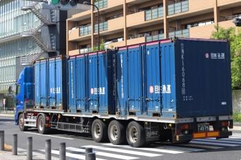 2020年10月2日 12時半ころ。高田馬場駅近くの新目白通り。日通の12フィート海上コンテナを3個積んだトレーラーが郊外へ向かいました。たまに見ます。