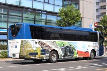 2020年10月2日 12時34分ころ。高田馬場駅近くの新目白通り。秩父鉄道のSL列車もある、「感動ときめく、ちちぶ」な西武の高速バス。