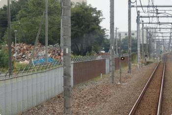 2020年10月3日。稲荷山公園〜武蔵藤沢駅間。左側の瓦礫の山のさらに左100メートルほどの所が、戦争のときには戦闘機が離着陸すると思われる滑走路です。