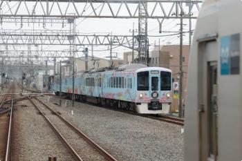 2020年10月3日。小手指。4番ホームを通過する4009F(52席)下り列車と、3番ホームに停車中のメトロ10018F(右手前)。