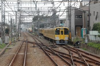 2020年10月3日。西所沢。引き上げ線で回送待ちの2465F+2085F。上り列車の車内から。