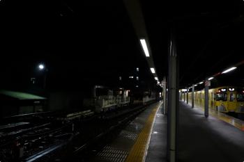 2020年10月10日。東長崎。2071Fの5536レ(右)と、保守用車スペースのトロッコとモーターカー。