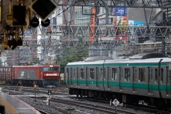 2020年10月10日 11時55分ころ。新宿。EH500-42牽引の3086レ(左奥)と埼京線のE233系。
