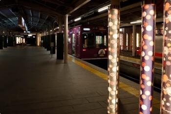 2020年10月11日。嵐電の嵐山駅。奥が終端です。和紙を照らしたようなきれいな柱が並んでました。