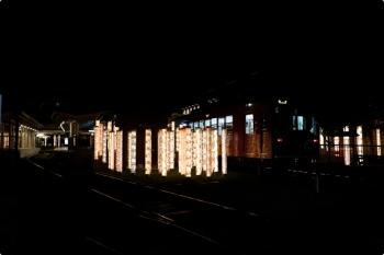 2020年10月11日。嵐電の嵐山駅。電車が到着。奥が終端です。行灯柱が並んで良い雰囲気です。