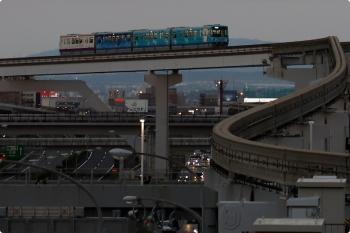 2020年10月11日。万博記念公園。彩都西から到着する車体広告のモノレール。洒落たデザインですが、広告主はイオンでした。