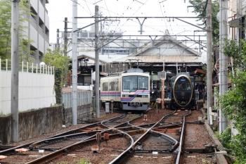 2020年10月11日 10時4分ころ。出町柳。左が、市原から到着した814、右は発車を待つ八瀬比叡山口ゆき732「ひえい」。