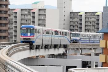 2020年10月11日 12時49分ころ。南茨木。手前のモノレールは回送で、最新の3000形。奥が門真市ゆきで、開業時からの1000形。
