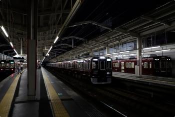 2020年10月11日 17時55分ころ。茨木市。右端の5424ほかは地下鉄の天下茶屋発の普通 高槻市ゆきで、この準急 京都河原町ゆきと、次の特急にもここで追い抜かれます。