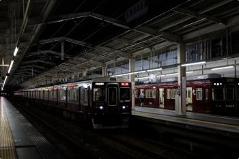 2020年10月11日 17時58分ころ。茨木市。5424ほか普通 高槻市ゆきを追い抜く、7404ほかの特急 京都河原町ゆき。