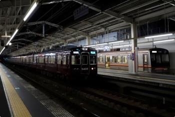 2020年10月11日 18時5分ころ。茨木市。大阪メトロ66系の普通 高槻市ゆきと、追い抜く5405ほかの準急 京都河原町ゆき。