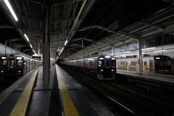2020年10月11日 18時5分ころ。茨木市。大阪メトロ66系の普通 高槻市ゆきと、追い抜く1401ほかの特急 京都河原町ゆき。
