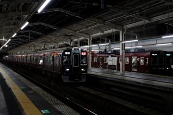 2020年10月11日 18時16分ころ。茨木市。大阪方が前パンでした。3309ほかの準急 天下茶屋ゆき(右端)と、9305ほかの特急 大阪梅田ゆき。