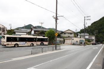 2020年10月11日 9時17分ころ。市原駅近くの代行バス乗り場。右奥に、運休区間の踏切がありました。