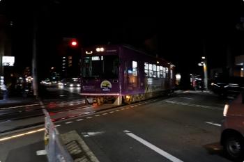 2020年10月11日。西院。夜の踏切を通過する嵐山ゆき。遮断機はなくて交通信号で自動車は止まります。電車は625。
