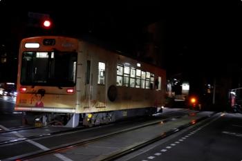 2020年10月11日。西院。夜の踏切を通過する四条大宮ゆき。道路を渡った先がホームです。電車は「夕子」車体広告の632。