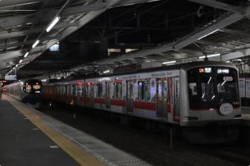 2020年10月15日。清瀬。2番ホームで発車を待つ、東急5121Fの6712レ(右)と、ラビューの特急31レ。