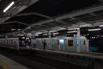 2020年10月15日 18時24分ころ。清瀬。2番ホームで発車を待つ東急5121Fの6712レ(左)と、1番ホームを通過する40103Fの上り回送列車(55M運用)。