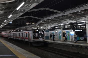 2020年10月15日。清瀬。2番ホームで発車を待つ東急5121Fの6712レ(左)と、40151Fの4228レ。