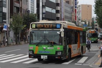 2020年10月15日 8時27分ころ。目白駅前。2台の都バスが縦に並びました。手前が新宿駅西口ゆき、奥が池袋駅東口ゆき、回送はありません。
