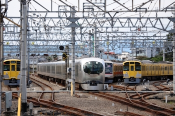 2020年10月18日 10時52分ころ。保谷。中央がドーム81号のため送り込まれる001-A編成の上り回送列車。左は、ひばりヶ丘から快速急行1803レを代走すべく4番線で待機する2073Fの回送列車。