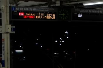 2020年10月18日 17時44分ころ。入間市。上りホームの発車案内。5番ホームは本来はS-TRAIN 元町・中華街ゆき。