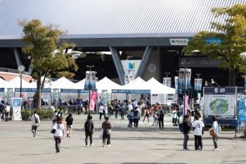 2020年10月18日。西武球場前。駅前の広場。奥が野球場のメットライフドーム。
