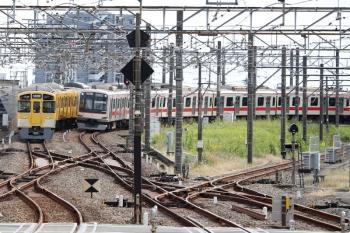 2020年10月18日。所沢。右が小手指から通常列車に戻った54K運用の東急4107Fが走る1812レ。左は2087Fの5355レ。