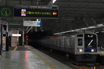 2020年10月20日 5時30分ころ。所沢。3番ホームを通過する6107Fの上り回送列車。