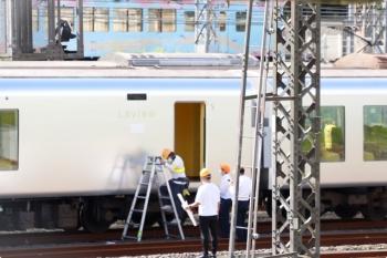 2020年10月24日。小手指車両基地。001-A編成の5号車の「Laview」ロゴの下に何やら貼付け作業していました。奥を4009F(52席)の下り列車が通過中です。