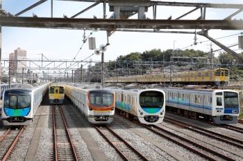 2020年10月24日 12時2分ころ。小手指車両基地。東京地下鉄17000系。2465F+2079Fの2136レが通過(右端)。