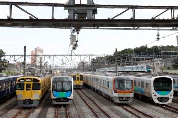2020年10月24日 12時19分ころ。小手指車両基地。東京地下鉄17000系。本線を、40151F(ドラえもん)の上り列車が走っています。32M運用の上り回送で、小手指から1810レになったようです。