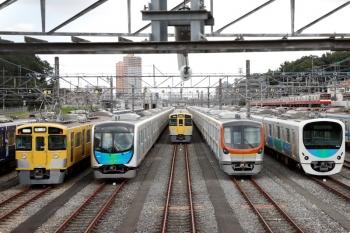 2020年10月24日 13時1分ころ。小手指車両基地。東京地下鉄17000系。右端は9103F(京急)の下り列車。