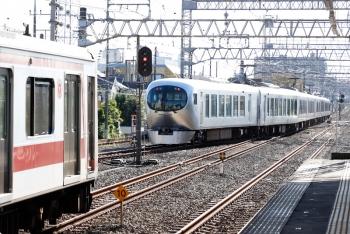 2020年10月25日 8時33分ころ。小手指。発車した001-A編成の上り回送列車。手前の1号車の側扉横の白い貼り紙がわかります。左手前は東急4103Fの6806レ。