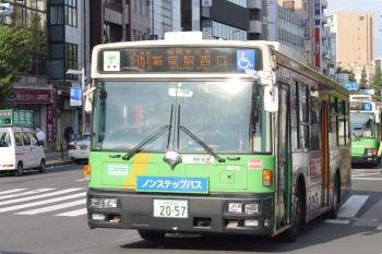 2020年10月27日 8時27分ころ。目白駅前。手前が新宿駅西口、奥が池袋駅東口ゆきの、都バス。