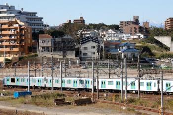 2020年10月31日 10時9分ころ。横浜羽沢。EF65-2066に牽引されて西武40154Fが到着。富士山が遠くに見えました。