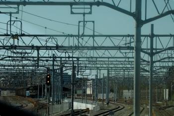2020年10月31日 10時29分ころ。羽沢横浜国大〜武蔵小杉。地下の羽沢横浜国大駅から地上に出た新宿ゆきの車内から横浜羽沢駅を見たところです。EF65-2066と西武40154Fが写ってます。