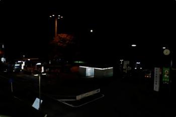 2020年10月31日 17時40分ころ。入間市駅前。右手の暗闇の中で、街宣活動している右翼さんのお車があります。