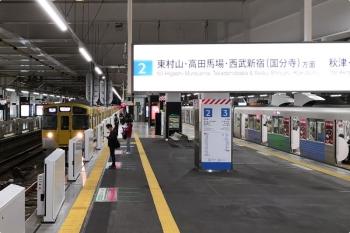2020年10月31日。所沢。前日朝は開放されていた1番ホームのホームドア(左端)が閉まっていました。電車は、左が2065Fの5802レ、右が30103Fの3102レ。
