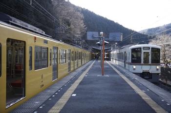 2011年1月30日 10時15分頃、西吾野、左が発車を待つ2083Fの臨時。