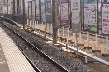 2011年2月5日、小川、1番ホーム新宿方の新設された速度制限標識の裏側。
