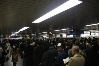 2011年3月17日 19時15分頃、JR池袋駅南通路、西武の乗客