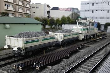 2011年4月16日、東長崎、新品バラスト満載のトロッコなど