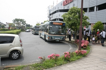 2011年6月5日 10時ころ、飯能駅南口、武蔵丘検修所ゆきバス。