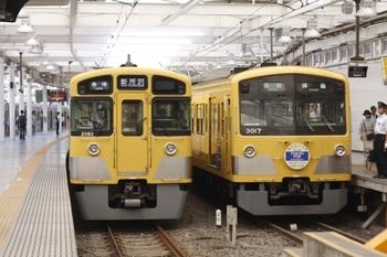 2011年7月16日、西武新宿、左が2093Fの5811レ。